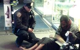 Hành động nhỏ nhưng đầy nhân văn của vị cảnh sát với người đàn ông vô gia cư