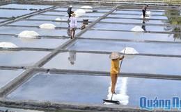 Diêm dân Sa Huỳnh lao đao vì giá muối rẻ mạt