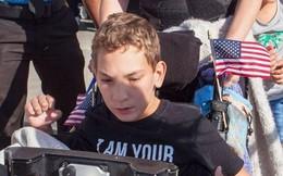 Cậu bé khuyết tật bị ông Trump đuổi ra ngoài trong cuộc vận động