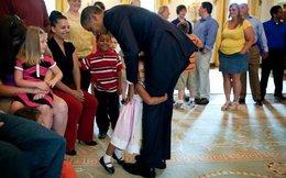Cô bé 8 tuổi viết thư khuyên Tổng thống Obama nên mặc áo 7 sắc cầu vồng với quần đùi cho dịp đặc biệt
