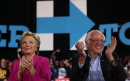"""Đối thủ cũ ra tay tương trợ bà Clinton trong lúc """"nước sôi lửa bỏng"""""""