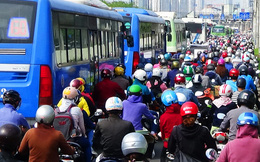 CLIP: Vượt 1km trên xa lộ Hà Nội mất 30 phút!