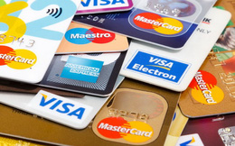 Không phân biệt tuổi tác, bình quân mỗi người dân đang sở hữu hơn 1 chiếc thẻ ngân hàng