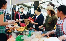 Đồ ăn đắt gấp 3, người dân dự lễ hội hoa hồng Bulgaria vẫn xếp hàng dài chờ mua