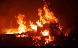 Nửa đêm, kho bông vải bất ngờ bốc cháy ngùn ngụt