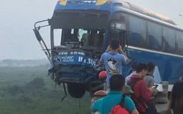 Hiện trường vụ tai nạn khiến xe khách suýt nữa lao xuống sông Hồng trên cầu Thanh Trì