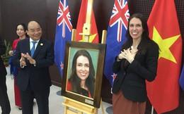 Nữ thủ tướng New Zealand bất ngờ với món quà từ Thủ tướng Nguyễn Xuân Phúc