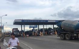 Một số tài xế dùng tiền lẻ trả phí qua trạm thu phí BOT Quốc lộ 5
