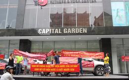 Hà Nội: Cư dân Capital Garden căng băng rôn phản đối chủ đầu tư đột ngột cắt điện, nước