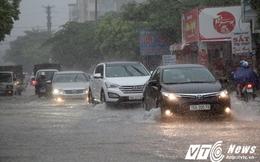 Áp thấp nhiệt đới đổ bộ, đường phố Hải Phòng mênh mông nước