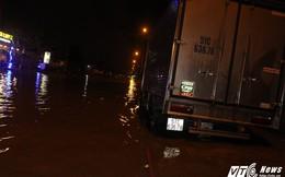 Phố Sài Gòn ngập sâu, nhiều phương tiện chết máy giữa đường