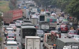 Tai nạn liên hoàn trên Đại lộ Thăng Long, hàng nghìn phương tiện chôn chân trong giá rét