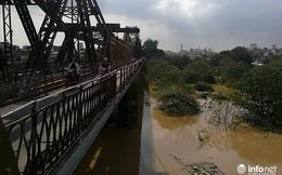 Nước sông Hồng dâng cao, tàu thuyền không thể đi qua gầm cầu Long Biên