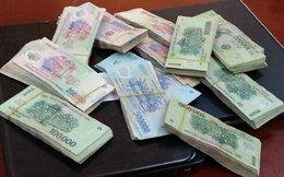 Mang tiền giả lừa ngân hàng, lấy tiền thật đổi tiền giả ăn tiêu