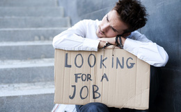 Vượt qua khủng hoảng thất nghiệp: Đừng quay về với bố mẹ, hãy làm bất kỳ công việc nào bạn tìm được