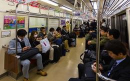 Ở Nhật, bạn sẽ không thấy ai nói chuyện điện thoại khi đi tàu điện: Đằng sau đó là lối tư duy về phép lịch sự rất khác người Việt
