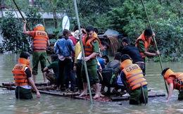 Quốc lộ 6 chìm trong biển nước, đóng bè mảng để đưa dân qua