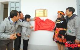 """""""Ấm lòng"""" món quà Bảo hiểm Bưu điện cùng Quỹ Dongbu tặng học trò vùng cao"""