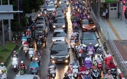 Đường phố Hà Nội ùn tắc sau mưa lớn, nhiều người dân cố đi ngược chiều giữa dòng xe đông đúc