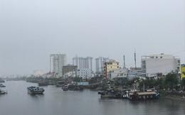 """Mưa to, thủy triều cùng lúc """"tấn công"""" nhiều nơi ở TP HCM"""