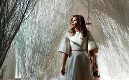 Bà Melania Trump mặc váy trắng đẹp như thiên thần tuyết, chuẩn bị cho Giáng sinh tại Nhà Trắng