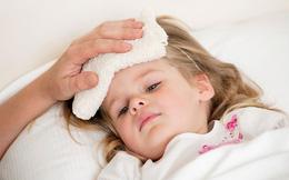 TS Nhi khoa: Khi trẻ bị sốt, tuyệt đối không làm 5 điều sau
