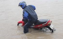 Mưa lớn, các xe ở TP Biên Hòa bơi trên sông