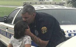 Nghẹn ngào cảnh bố hôn con gái dưới mưa trước khi làm nhiệm vụ trong siêu bão Irma