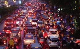 Chùm ảnh: Ảnh hưởng của bão số 10, người Hà Nội vội vã về nhà trong cơn mưa lớn