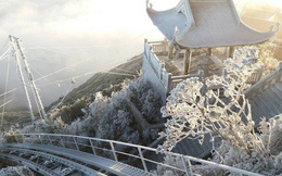 Đỉnh Fansipan trắng xóa băng tuyết khi nhiệt độ trong đêm giảm xuống -7 độ C