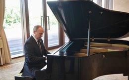 Tổng thống Putin chơi piano trong lúc đợi Chủ tịch Trung Quốc Tập Cận Bình