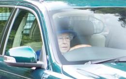 Dù đã 91 tuổi và không thiếu tài xế riêng, nữ hoàng Anh vẫn tự lái xe Jaguar đi nhà thờ