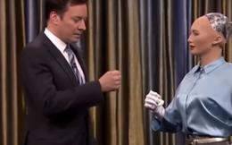 Robot Sophia tự tin chơi oằn tù tì, đe dọa nhân loại trên sóng truyền hình
