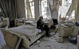 Câu chuyện cảm động sau bức ảnh ông lão ngồi một mình trong căn nhà đổ nát vì chiến tranh ở Syria