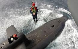 Tổng thống Pháp đu dây từ trực thăng thăm tàu ngầm hạt nhân giữa Đại Tây Dương