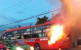 Video: 40 người tháo chạy khỏi xe khách bốc cháy trên đường Hồ Chí Minh