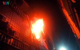 Cận cảnh vụ cháy kinh hoàng trong đêm tại phố Vọng - Hà Nội