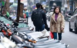 Xe máy tràn ngập vỉa hè Hà Nội, người dân đi xuống lòng đường
