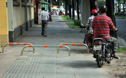 Kiến nghị Hà Nội lắp barie trên vỉa hè để ngăn xe máy tràn lên