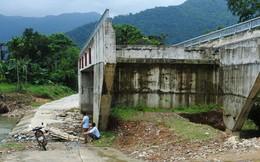 """Cây cầu 15 tỉ đồng xây xong để """"làm cảnh"""", dân vẫn lội suối"""