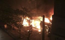 Cháy lớn trong đêm, 2 ngôi nhà trên phố Hà Nội bị thiêu rụi