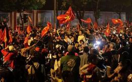 Clip: Rừng cờ đỏ sao vàng khắp phố mừng chiến thắng tuyển Việt Nam