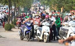 Hết dắt xe ngược chiều trên đường Tố Hữu, người dân xô dải phân cách để... tiết kiệm thời gian