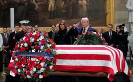 Dẹp bỏ những khác biệt, Tổng thống Trump và vợ tới viếng cố tổng thống Bush