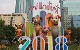"""Cận cảnh """"bầy chó lắc lư"""" cao 2m trên đường hoa Tết Sài Gòn"""