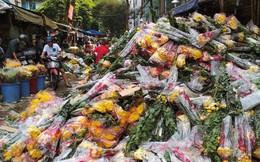 Hoa Tết đổ bỏ chất đống thành 'núi' tại chợ hoa lớn nhất Sài Gòn