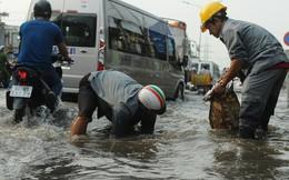 Nước dâng ngập lút bánh xe trên nhiều tuyến đường ở Sài Gòn