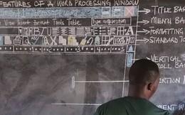 Không có tiền mua máy tính, thầy giáo nghèo vẽ cả màn hình lên bảng để dạy học khiến cư dân mạng xúc động