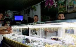Bình Dương: Táo tợn đập tủ kính, cướp tiệm vàng
