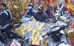 Người dân Hà Nội chen chân mua đồ 'ông Công ông Táo'